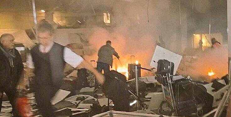 В результате двух взрывов в аэропорту Стамбула погибли 10 человек