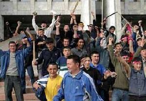 На Иссык-Куле митингующие захватили в заложники трех сотрудников спецслужб и ограбили их (Киргизия)
