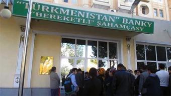 В Туркменистане выстраиваются очереди из желающих перевести деньги за рубеж