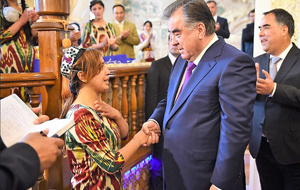 Эмомали Рахмон пообещал «воспитать и вывести в люди» всех круглых сирот в Таджикистане