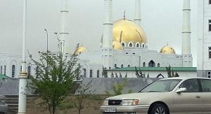 На пятничной молитве в Ашхабаде звучат проповеди с проклятиями в адрес врагов президента