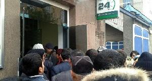 Нацбанк Таджикистана взял под контроль переводы мигрантов. Система уже привела к сбоям